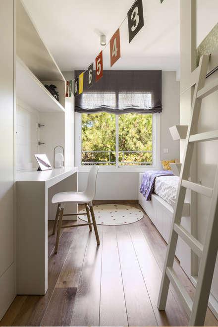 Vivienda Gavà: Habitaciones de niñas de estilo  de Meritxell Ribé - The Room Studio