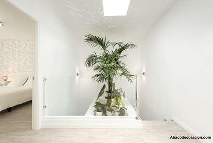 Escalera con jardín interior: Escaleras de estilo  de Abaco Decoración