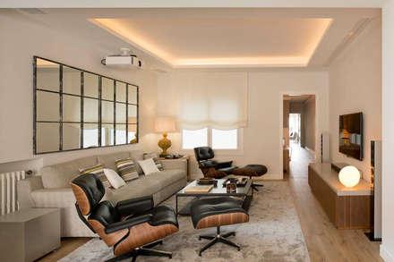 Vivienda Calvet: Salas multimedia de estilo clásico de Meritxell Ribé - The Room Studio