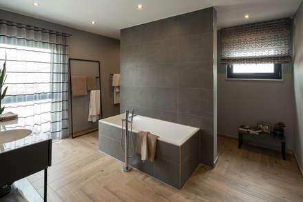 MAXIM   Gemütliches Badezimmer Mit Holzboden: Moderne Badezimmer Von  FingerHaus GmbH