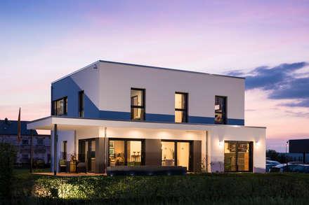 MAXIM - Ein hervorstechendes Merkmal ist die üppig bemessene Terrassenüberdachung:  Fertighaus von FingerHaus GmbH