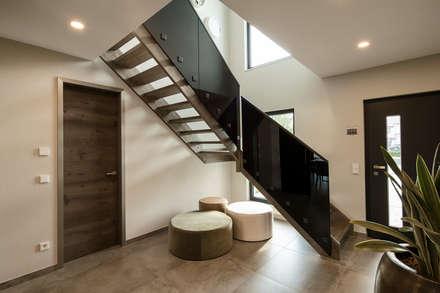 MAXIM - Treppe mit schwarzem Glas-Geländer:  Treppe von FingerHaus GmbH