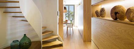Dúplex Folgueroles: Pasillos y vestíbulos de estilo  de Meritxell Ribé - The Room Studio