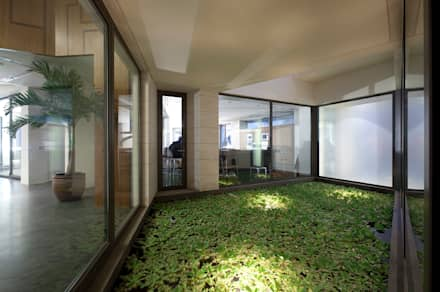 Передний двор в . Автор – AGi architects