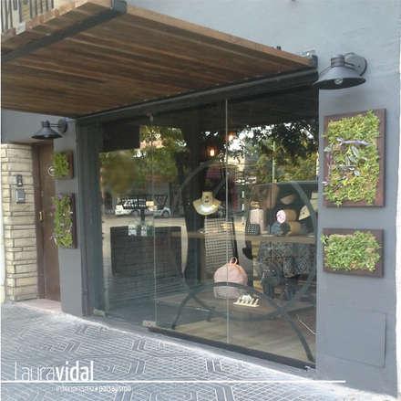 Diseño e intervención de Fachada - Local Comercial: Paredes de estilo  por Laura Vidal Estudio de Paisajismo - Interiorismo