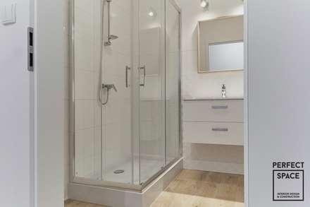 Klasycznie na biało: styl , w kategorii Łazienka zaprojektowany przez Perfect Space