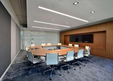 SALA RIUNIONI 1: Complessi per uffici in stile  di Moving