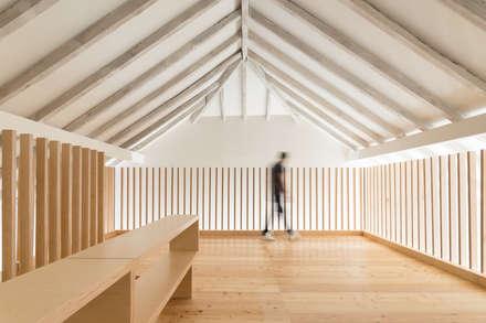 Casa na Trafaria: Salas multimédia minimalistas por Manuel Tojal Architects