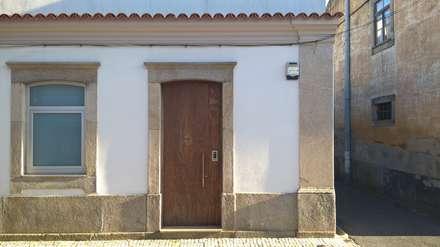 Casa JF01 - Ovar: Portas de vidro  por Paulo Coelho, Arqto