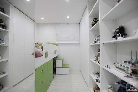 블랙&화이트 모던한 분위기의 평촌 초원2단지대림 아파트 32py : 홍예디자인의  아이방