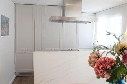 PISO EN LA PLAYA: Cocinas integrales de estilo  de ALARCA. Interiorismo&Hogar