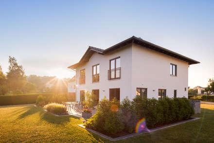 STADTVILLA MIT WELLNESSFLAIR - Jede Fenstertür führt im Erdgeschoss direkt auf die Terrasse:  Villa von FingerHaus GmbH