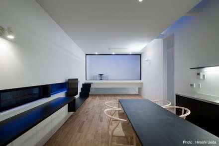 リビング夜景: 石川淳建築設計事務所が手掛けたリビングです。