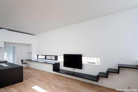 テレビ用造作家具: 石川淳建築設計事務所が手掛けたリビングです。