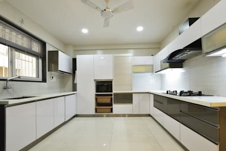 Mr. Shekhar Bedare's Residence:  Kitchen units by GREEN HAT STUDIO PVT LTD
