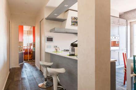 PRENESTINO: Ingresso & Corridoio in stile  di a2 Studio  Borgia - Romagnolo architetti