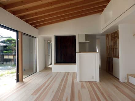 庭とつながる家: I Live Architects/田辺弘幸建築設計事務所が手掛けたダイニングです。