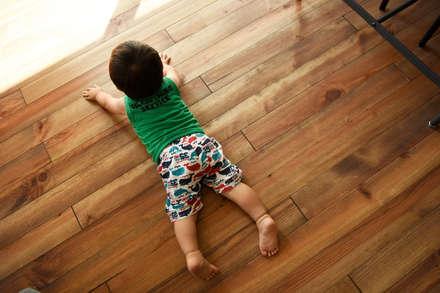 子供も大喜びの無垢フローリング: タイコーアーキテクトが手掛けたリビングです。