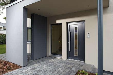 NEO 312 - Das Hausvordach schützt den Eingangsbereich:  Haustür von FingerHaus GmbH
