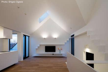 子世帯の2階リビング: 石川淳建築設計事務所が手掛けたリビングです。