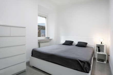 Casa-Cannocchiale: Camera da letto in stile in stile Minimalista di MAMESTUDIO
