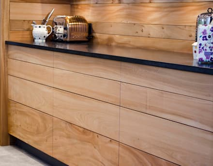Elm Linear Kitchen:  Kitchen units by HOUT