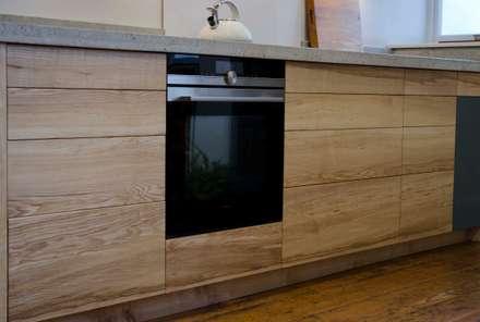 Ash and concrete Kitchen:  Kitchen units by HOUT