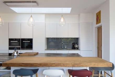 Kitchen: minimalistic Kitchen by Hetreed Ross Architects