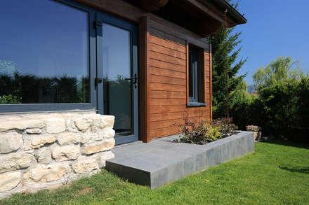 Dettaglio del pianerottolo sul prato: Casa di legno in stile  di Daniele Arcomano