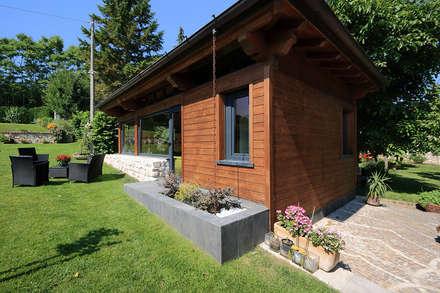 La fioriera nel pianerottolo: Casa di legno in stile  di Daniele Arcomano