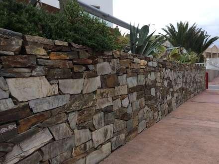 Elegante muro de piedra: Jardines con piedras de estilo  de AMAGARD ESPAÑA