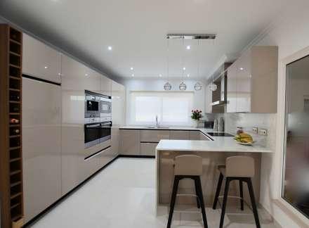 Cozinha: Cozinhas modernas por Traços Intemporais Lda.