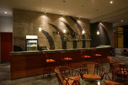 Restaurante ''Mi Propiedad Privada'': Bares y Clubs de estilo  por Artem arquitectura