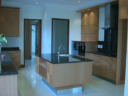 House in Blue Valley Golf Estate: classic Kitchen by Metallica Steel Innovators