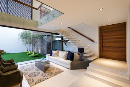 Sala y escaleras a planta alta: Salas de estilo moderno por René Flores Photography