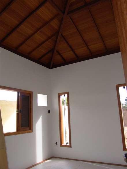 Tetto a padiglione in stile  di Aleixo Arquitetura