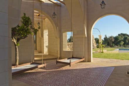 Masseria La Conchiglia _ I Patii: Terrazza in stile  di architetto stefano ghiretti