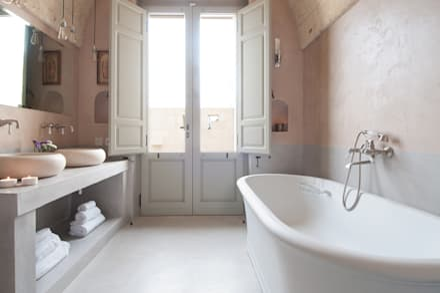 Masseria La Conchiglia _ I Patii: Bagno in stile in stile Mediterraneo di architetto stefano ghiretti