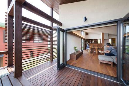 長野の家: HAN環境・建築設計事務所が手掛けたベランダです。
