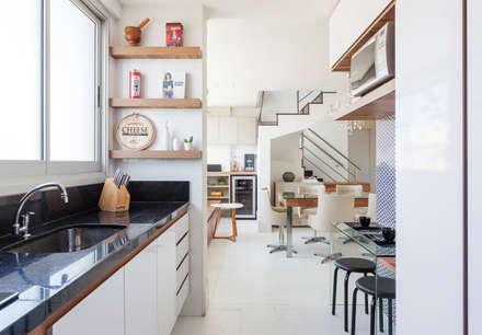 Cobertura .JT: Cozinhas modernas por Amis Arquitetura & Design