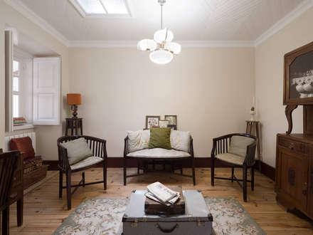 Sala de Estar : Salas de estar campestres por Estúdio AMATAM