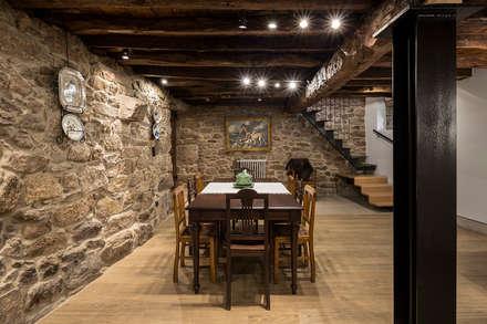 Sala de Jantar: Salas de jantar campestres por Estúdio AMATAM