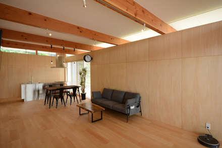 フラットハウス: 土居建築工房が手掛けたリビングです。