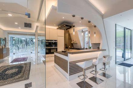 Ein besonderes Ambiente für Ihre Gäste    : moderne Küche von Horst Steiner Innenarchitektur