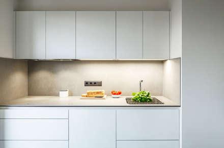 Reforma cocina abierta vivienda: Cocinas integrales de estilo  de Sezam disseny d'Interiors SL