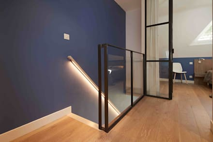 Vue sur les sapins: Escalier de style  par Atelier Goodtime Interior Design