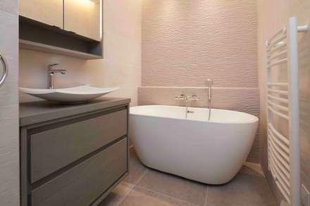 Vue sur les sapins: Salle de bains de style  par Atelier Goodtime Interior Design