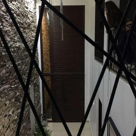Casa en San Benito: Pasillos y hall de entrada de estilo  por Estudio Enlace