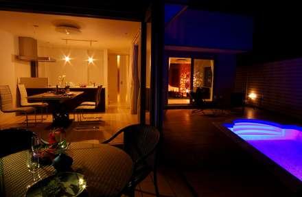 プールガーデン夜景: PROSPERDESIGN ARCHITECT OFFICE/プロスパーデザインが手掛けたプールです。