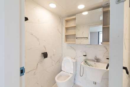 구로구 고척동 청솔 우성 APT 인테리어 리모델링(33py): 바나나웍스의  화장실